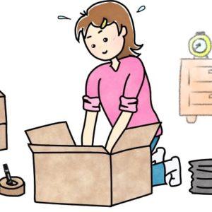 引越しの荷造りをしている女性