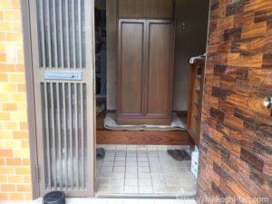 2階から降ろして玄関の前に置かれた蝶の標本箱です。
